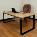 biurko w pomieszczeniu