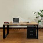 biurko w pomieszczeniu przod medium