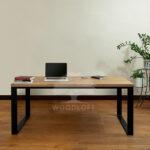 biurko w pomieszczeniu przod z kontenerem medium